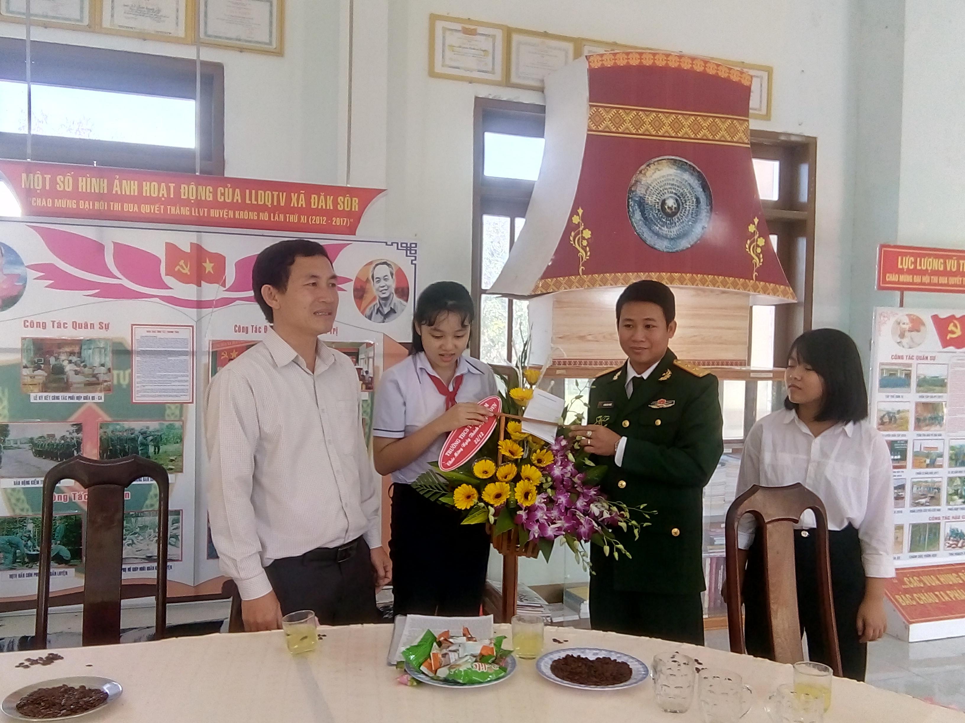 ... đại diện các thầy cô và các em học sinh xuống tặng hoa chúc mừng ngày thành lập quân đội nhân dân Việt Nam tại cơ quan quân sự huyện Krông Nô.